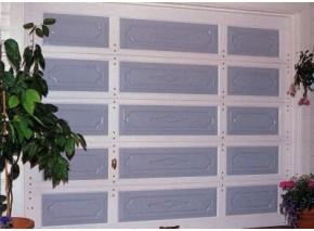 Furu ramtre og redwood fyllinger   Bildet viser:  Leddport i furu ramtre og redwood fyllinger,  med 3 fyllinger i hvert ledd.   Standard leddport på 5 ledd.  Bredde: 259 cm.  Høyde: 209 cm.